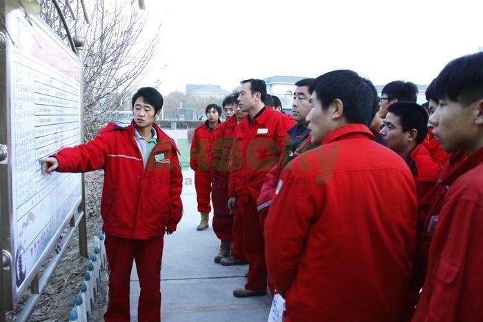图为12月13日塔河采油一厂采油三队安全员利用班前会
