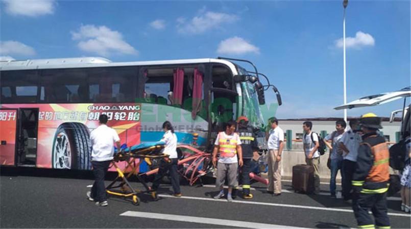 上海浦东机场大巴发生车祸 2名女性乘客坠落高架身亡(组图)-