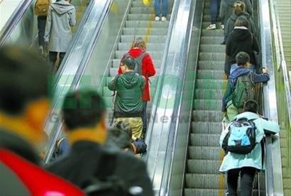 """""""乘自动扶梯靠右站""""原来很危险!95%的自动扶梯右侧存在严重磨损, 易造成单侧受力不均"""